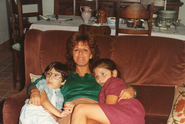 sur la photo sé moi jacky avec ma maman  vilma et ma soeur laura dans sa  maison