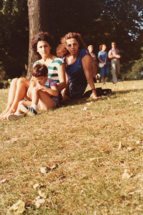 sur la photo sé moi jacky avec ma maman et maria ma voisine  vilma au parc 