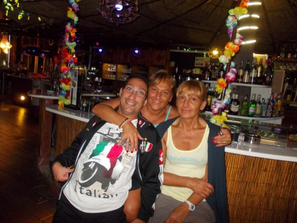 sur la photo sé moi jacky avec ma femme maria et ma belle soeur tanina en vacance
