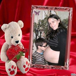 voici une photo de ma petite soeur a 3 mois et demi de grossesse,elle attend des jumeaux