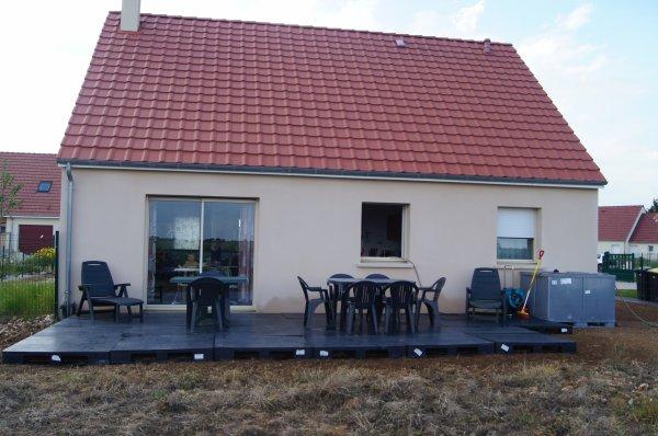notre terrasse temporaire palettes plastiques la vie est un cadeau. Black Bedroom Furniture Sets. Home Design Ideas