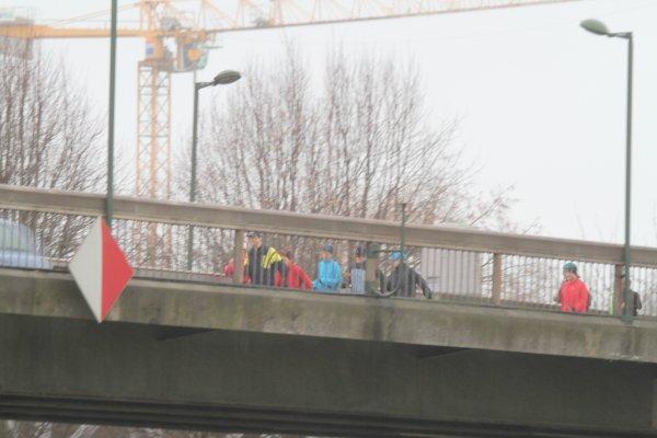 les marcheurs sur un pont (d'or.........)