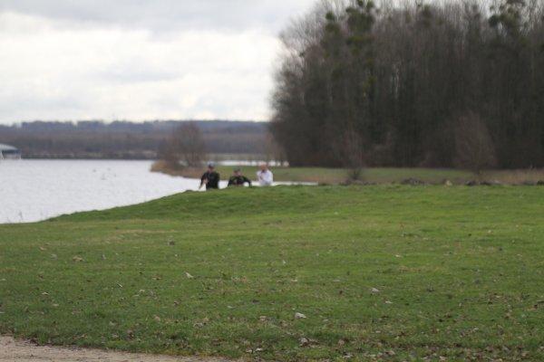 La baignade est interdite dans le Lac de Vaires (alors ils marchent...)