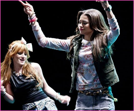 Bella Thorne et Zendaya Coleman « Contagious Love » clip Photos