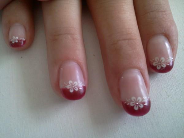 Gel french bordeaux sur ongles naturel avec stickers fleurs