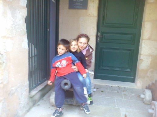 Ma fille Elodie et mes pts enfants Lillyrose et Alaric cette ete a Bazas