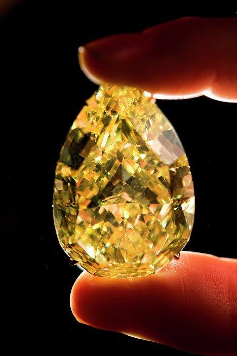 Découvert en Afrique du Sud en 2010, le diamant jaune Sun Drop, d'un poids de 110,3 carats, est un des plus gros diamants au monde. Il a été vendu pour 11 millions de dollars, prix record pour les diamants jaunes.
