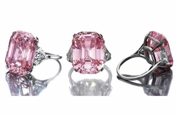 The Graff Pink, un diamant rose rectangulaire de 24,78 carats serti dans une bague, renommé ainsi par son acquéreur Laurence Graff, un diamantaire richissime, qui l'a acheté en 2010 pour la bagatelle 46,12 millions de dollars.