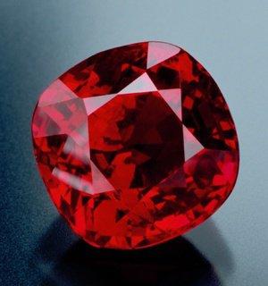Le nom de rubis vient du latin «rubeus» signifiant «rouge». Le rubis est une pierre plus chère des pierres précieuses en raison de sa rareté. On dit du rubis qu'il est «le plus précieux des douze pierres que Dieu a crée». Le rubis parfait est si rare que les professionnels doivent le chercher partout dans le monde pour en dénicher.