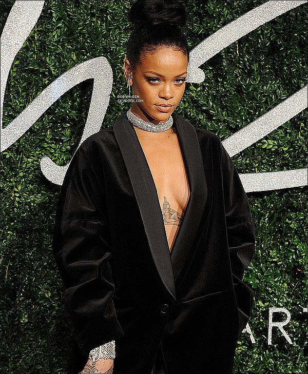 """. Qui est Rihanna?  Rihanna, de son nom complet Robyn Rihanna Fenty, née le 20 février 1988 à Saint-Michael à la Barbade, est une chanteuse, danseuse barbadienne, occasionnellement actrice (elle a tenu en 2012 un des premiers rôles du film Battleship). Sa musique évolue principalement entre le R&B et la pop. Rihanna a sorti sept albums studio et deux albums de remixes depuis le début de sa carrière en 2005. En 2005, Rihanna sort son premier album studio Music of the Sun, dont est extrait le single Pon de Replay. Près d'un an après, elle sort son deuxième album studio A Girl Like Me (2006), avec son premier single numéro 1 SOS. Good Girl Gone Bad, le troisième album, sort en mai 2007 avec les singles Umbrella, Don't Stop the Music, puis Take a Bow et Disturbia extraits de la réédition de l'album. Ce dernier est nommé à neuf reprises aux Grammy Awards, remportant la meilleure collaboration rap/chant pour Umbrella. Son quatrième album studio Rated R (2009), contient les chansons Russian Roulette, Te Amo et Rude Boy. Loud (2010) est le cinquième album studio, suivi par le sixième album studio Talk That Talk (2011) qui inclus le succès We Found Love et un septième album studio Unapologetic (2012), avec comme premier single, Diamonds, qui est un hit planétaire et qui vaudra à Rihanna de nombreuses récompenses. Elle sortira comme deuxième single la ballade Stay, en collaboration avec Mikky Ekko. Son huitième album ainsi que l'album concept pour le film """"Home"""" sont prévus pour 2015.  ."""