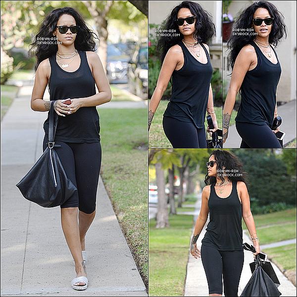 . 12/01/15 : Notre belle Rihanna Fenty a été aperçue hier dans les rues de Beverly Hills, à Los Angeles.   Elle était sobrement vêtue d'un ensemble sporty composé d'un legging et d'un t-shirt noir, ainsi que de lunettes de la même couleur. .