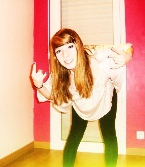 Je deviens folle, folle à n'en plus tenir sur mes jambes. Je ne te demandes rien, rien mis à part de m'aimer.