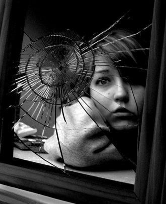 """""""Quand tu te regarde dans la glace et que tu as envie de la casser, ce n'est pas le miroir qu'il faut briser, mais toi qu'il faut changer."""""""