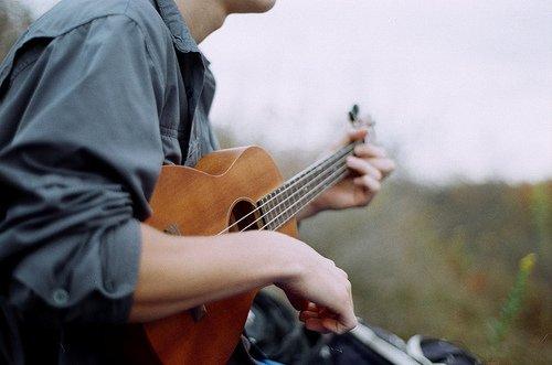 """""""Il y a des chansons qui nous donne envie de danser, d'autres qui nous donne envie de chanter à tue-tête, mais les meilleurs chansons sont celles qui nous rammène à l'instant précis où on les a entendu pour la première fois et qui a nouveau, vous brise le coeur."""""""