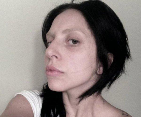 Lady Gaga : méconnaissable avec les cheveux noirs, le teint pâle et les sourcils clairsemés !