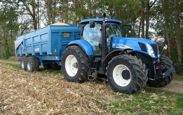New Holland T7050 attelé à une benne Maupu 2 essieux de 18t