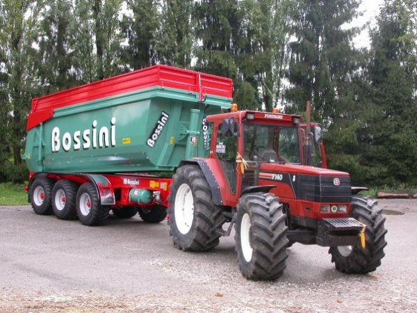 Fiat F140 attelé à une benne Bossini 3 essieux de 30t