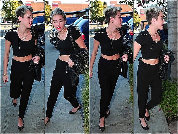 01/03/13  :  Miley se rendait dans un studio sans sa bague de fiançailles à Glendale.