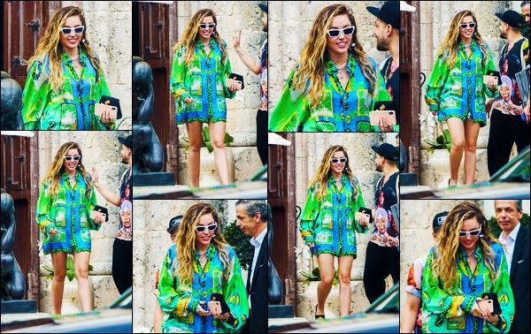 -09/01/2019- ─ Miley Cyrus a été photographiée alors qu'elle se promenait dans les rues dans la ville dans - Miami Beach.C'est en guise de première news de l'année que nous retrouvons notre magnifique blonde à Miami ! Concernant sa tenue, c'est très coloré, c'est un top !