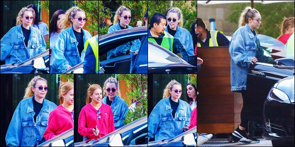 -30/09/2018- ─ Miley Cyrus a été photographiée, alors, qu'elle quittait un restaurant « SoHo House », étant, dans Malibu.C'est après un mois sans nouvelle de la part de notre belle chanteuse M. que nous la retrouvons de nouveau en Californie ! Concernant sa tenue, un top.