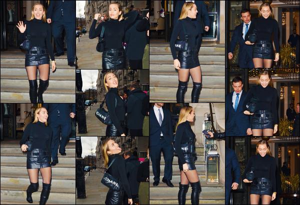 -06/12/2018- ─ Miley Cyrus a été photographiée alors qu'elle quittait son hôtel qui se situe dans la ville dans Londres, UK.C'est encore dans une tenue sombre que la belle Miley C. a été photographiée quittant son hôtel. Mais concernant celle-ci, c'est un beau top de ma part !