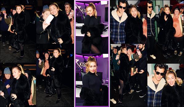 -07/12/2018- ─ Miley Cyrus a été photographiée, alors, qu'elle arrivait aux studios de la radio « Capital Radio » à Londres.C'est ensuite en quittant les lieux de la radio qu'elle a été photographiée ! Miley a posée également à « Kiss FM Studio » ! Concernant sa tenue, c'est top.