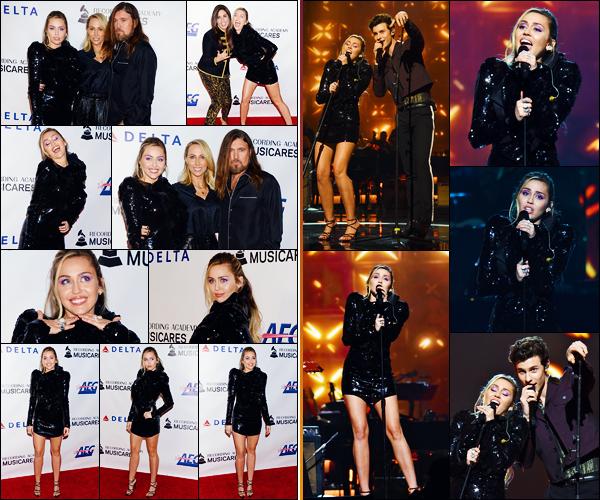 -08/02/2019- ─ Miley Cyrus était présente lors du « MusiCares Person of the Year » pour Dolly Parton dans - Los Angeles !La belle chanteuse était en compagnie de ses parents, puis a également chanter avec Shawn Mendes sur « Islands in the Stream ». Sa tenue est un top !