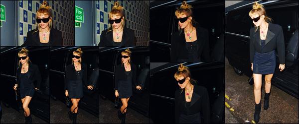 -26/05/2019- ─ Miley Cyrus a été photographiée alors qu'elle quittait son hôtel « Soho Hotel » étant dans Londres en UK !La belle chanteuse avec ces lunettes de soleil sur son nez a donc été photographiée dans la ville Anglaise ! Concernant sa tenue, un jolie top de ma part !