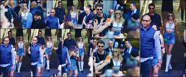 -31/05/2019- ─ Miley Cyrus a été photographiée alors qu'elle quittait l'hôtel : « Mandarin Oriental Hotel » dans Barcelone.La belle chanteuse était en compagnie de son très cher mari : Liam Hemsworth, pour aller à la rencontre de ses fans. Sa tenue est beau top de ma part.