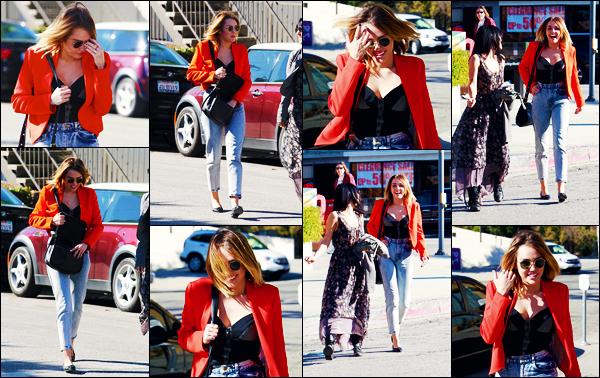-16/02/2012- ─ Miley Cyrus a été photographiée alors qu'elle quittait le « California Pizza Kitchen » étant dans Studio CityC'est en compagnie de son amie Jen que la belle chanteuse Miley Cyrus a été déjeuner ! Concernant la tenue de celle-ci, c'est un gros top pour ma part !