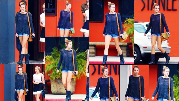 -21/02/2012- ─ Miley Cyrus a été aperçue, alors, qu'elle quittait le restaurant : « Stanley's », étant, dans - Sherman Oaks !C'est en compagnie de quelques amies que la chanteuse M. a été prendre un déjeuner ! Concernant la tenue de celle-ci, c'est un beau top pour ma part !