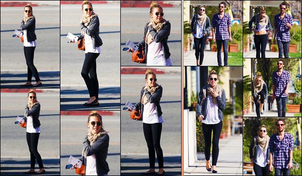 -19/03/2012- ─ Miley Cyrus a été photographiée, alors, qu'elle allait déjeuner avec Cheyne et Jen, étant, dans Studio City.Par la suite, elle a été photographiée alors qu'elle se promenait dans les rues à Studio City avec des amis. Concernant sa tenue, c'est un top de ma part !