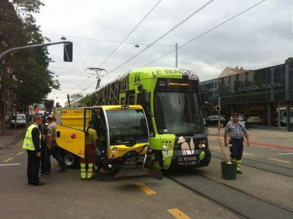 Collision entre un tram et une balayeuse de la voirie