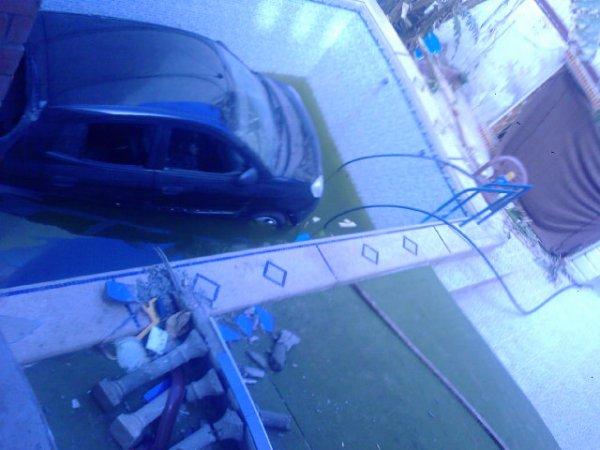 la voiture est tombè dans la pissine