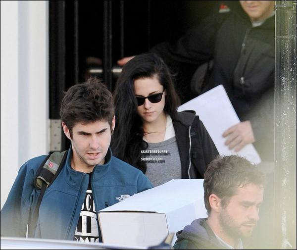 . 13.12.11 - La belle Kristen Jaymes Stewart allant à l'aéroport pour quittée Londres. .