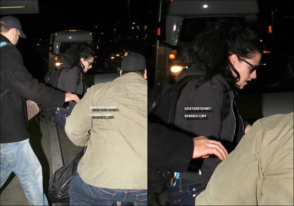 . 13.12.11 -Kristen Stew' arrivant à LAX aéroport pour son retour de Londres. .