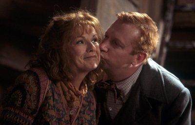 . « Ou mieux, je t'embrasse là, devant tout le monde. » .