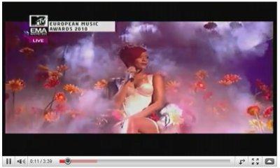 << Rihanna et sa performance lors des MTV EMA Awards. ~07novembre2010