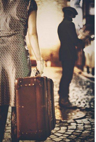 """""""Nous nous sommes quittés devant l'hôtel, je crois que je souriais. Il fallait choisir les derniers mots, ceux dont on se souviendrait. Mais nous n'avions plus rien à dire. Rien qui puisse changer le cours des choses. C'était trop tard."""""""