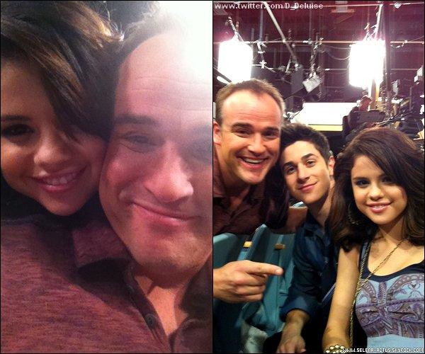 . Selena a posté une nouvelle photo sur Twitter suivie de ce message : « Joyeux Anniversaire à mon papa de la télé !!! » .