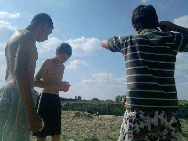 moi timy et rémy en mode huit americains a la petite playa ahah !! D ( été 2010 )