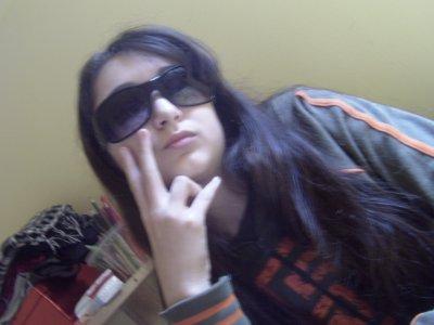 mélissa avc les lunettes de soleil