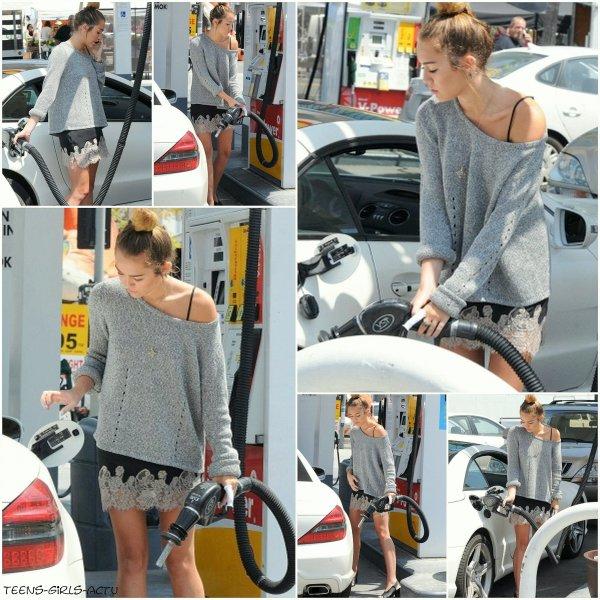 22/04 : Miley dans une station essence faisant le plein de sa Mercedes