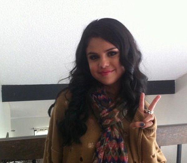 26/04 : Selena s'est rendue au Elvis Duran show à Los Angeles
