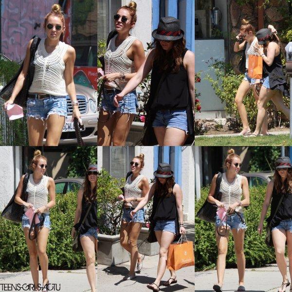 28/04 : Miley fait du Shopping avec une amie dans Beverly Hills. TOP BOF OU FLOP ?