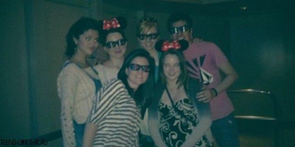 Photo perso' de Selena avec des amis à Disneyland datant du 27 Avril