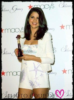 08/06 : Selena arrive à l'aéroport LAX  de Loas Angeles en direction de New York