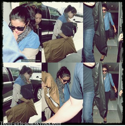 08/06 : Selena arrive à l'aéroport LAX  de Loas Angeles en direction de New York