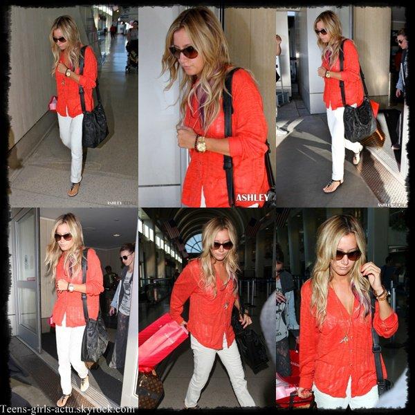 20/07 : Ashley est de retour à L.A ! Elle a été aperçue arrivant à l'aéroport LAX avec sa BFF Samantha Droke