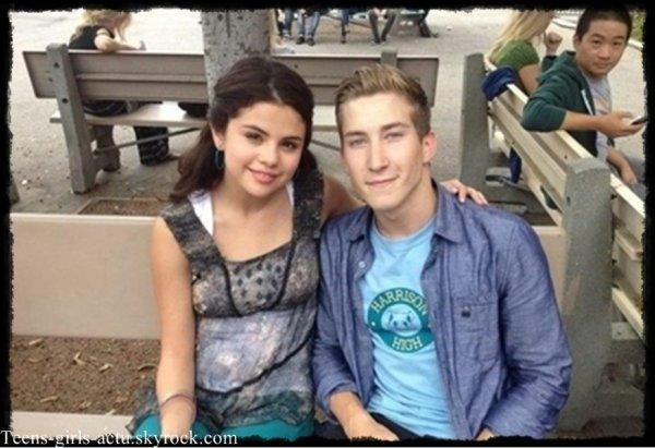 03/08 : Selena a été aperçue sur le set de son nouveau film dans L.A, Justin est venu lui rendre visite